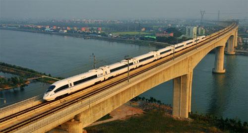 动车驶过广深港高铁大跨度桥梁——沙湾特大桥.