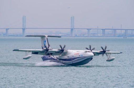 """水陆两栖飞机""""鲲龙""""AG600海上首飞成功"""