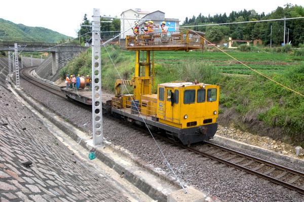 人民网北京7月28日电 7月20日,作为国家拉动内需,加强基础设施建设的重点工程之一,(横)峰福(州)铁路峰南段电气化改造工程,在著名的旅游景区武夷山所在的武夷山火车站区段架设了第一条接触网承力索导线,正式拉开了该线电气化改造工程转入上部施工的序幕。   据了解,由于峰福铁路原有建设标准低、线路复杂,已逐渐成为沿线社会经济快速发展的制约因素之一。2008年11月,峰福铁路峰南段电化改造工程正式开工后,中国中铁电气化局集团积极响应中央提出的加强基础设施建设,拉动内需的重大决策,按照铁道部建设指挥部要求,