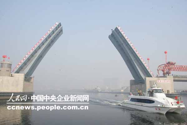 人民网北京11月24日电 风帆正举,海阔潮平。11月22日10时,天津滨海新区响螺湾海河开启桥主桥合龙暨开启庆典仪式隆重举行。天津市委副书记何立峰,中国铁建总裁助理李明申等领导出席仪式。海河开启桥的建成将进一步改善滨海新区区域交通环境,完善塘沽区城市载体服务功能。   据了解,由中国铁建十四局三公司承建的海河开启桥,集机电液一体,高度智能化,亚洲跨度最大、安装精度最高的新型桥梁。这为中国乃至世界建设同类桥梁积累了宝贵经验。   海河开启桥为连接于家堡和响螺湾的重要纽带,也是继海门大桥、海河大桥后,连接
